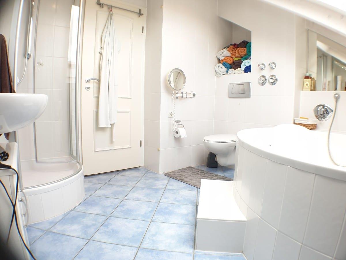 Badezimmer mit Eck-Wanne und Rund-Dusche.