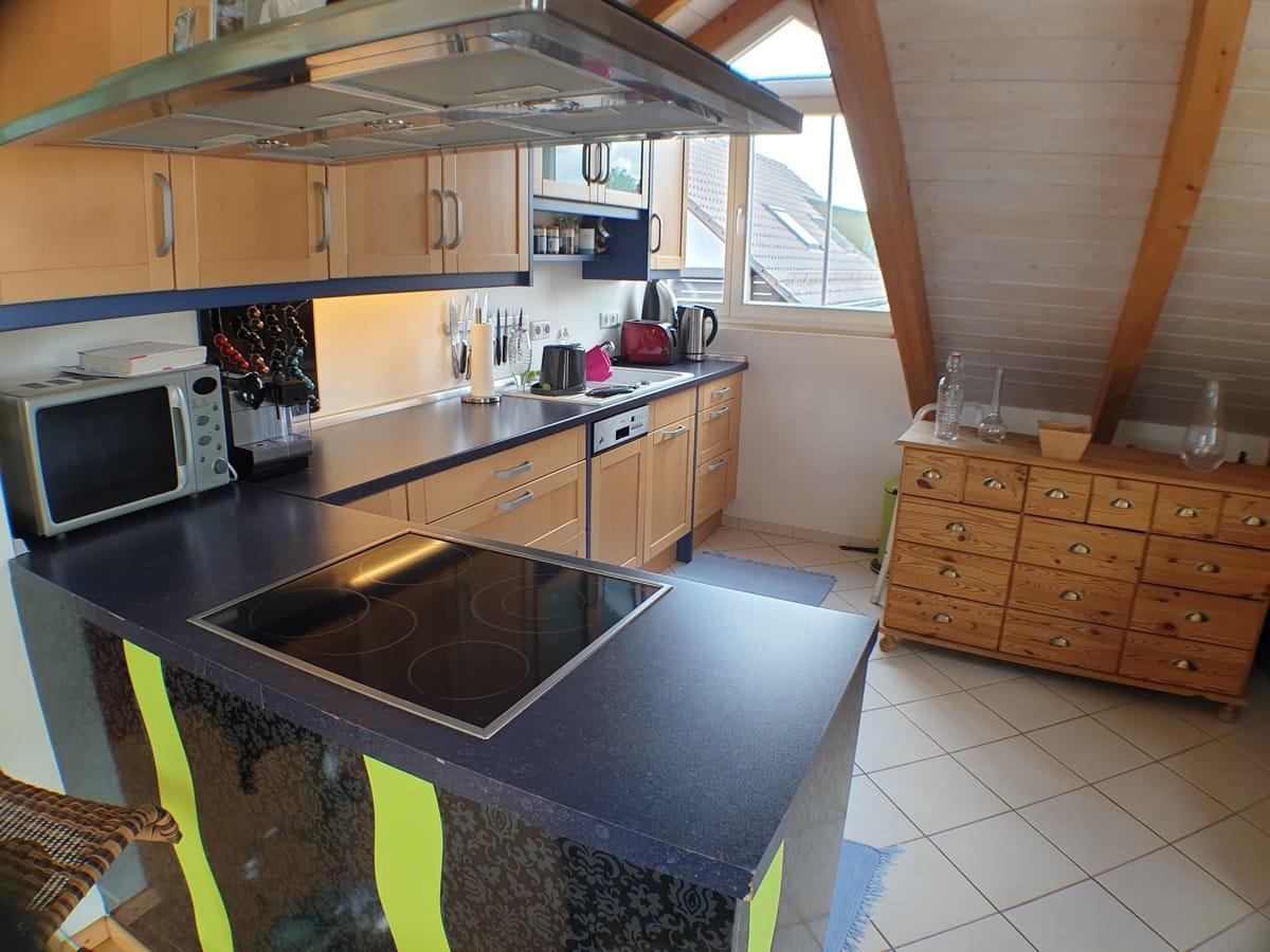 Offene Küche mit hohen Decken im Stehbereich