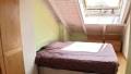 Helles Schlafzimmer mit großem Dachfenster
