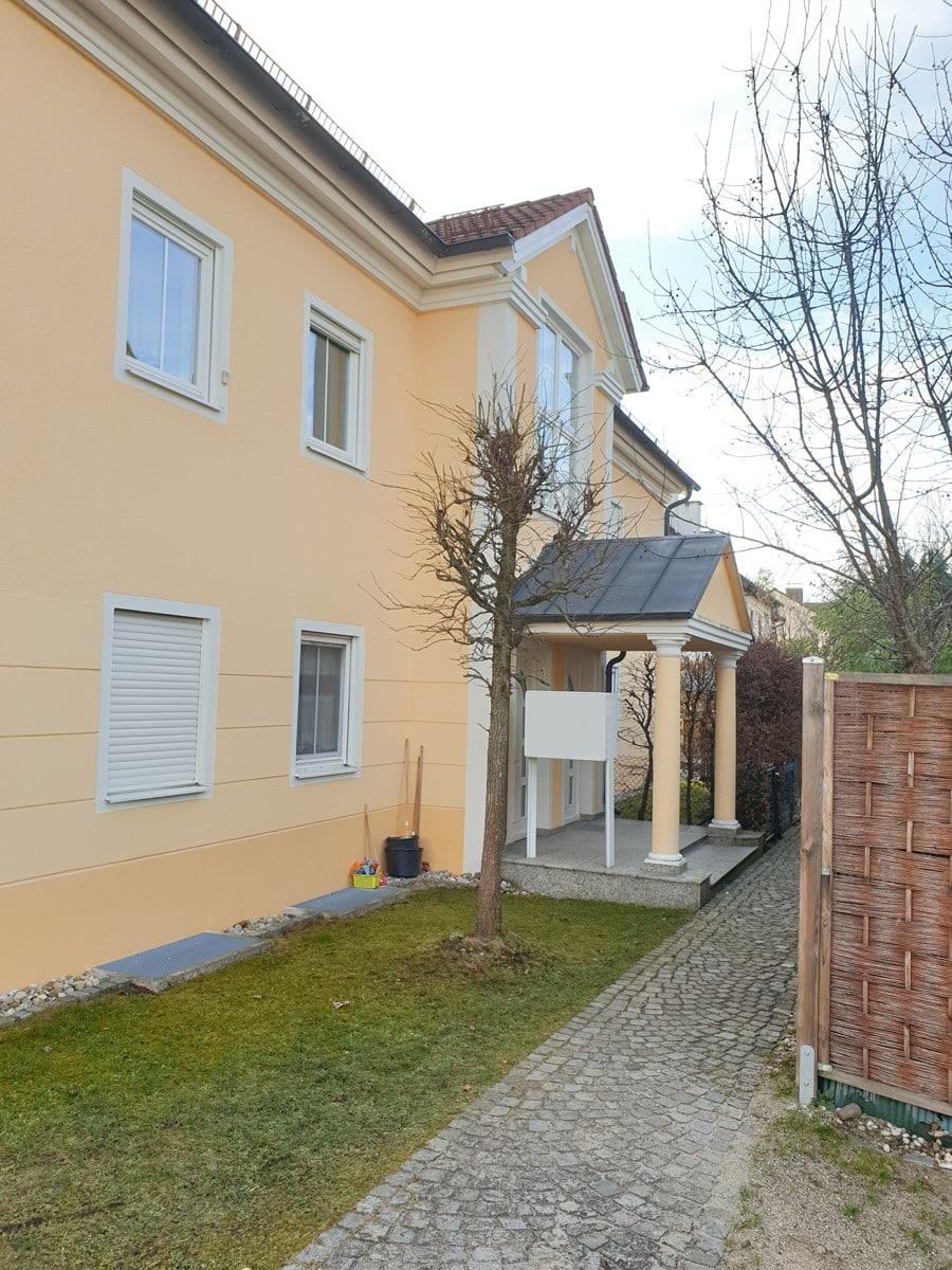 Hausansicht mit moderner Fassade